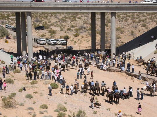 Armed Cliven Bundy supporters confront BLM officers in 2014 under Interstate 15.
