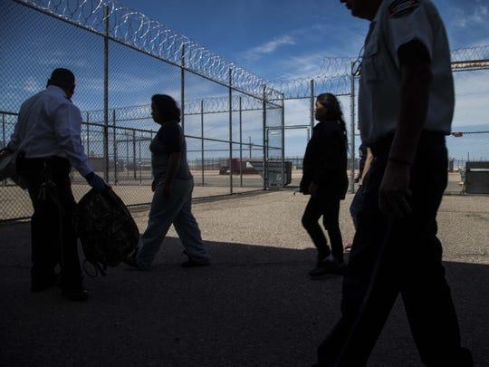 Arriban nuevos detenidos al Centro de Detención en Eloy, donde alrededor de 1,596 inmigrantes son  reclusos. Desde el 2003, han habido cinco suicidios y 14 muertes dentro de esa instalación.