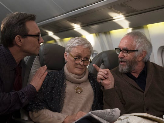 En route to Stockholm for the Nobel ceremony, Joan (Glenn Close) and Joe (Jonathan Pryce) are approached by journalist Nathaniel Bone (Christian Slater), who intends to write Joe's biography.