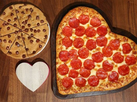 636537871267114543-pizza-hut-heart-shaped-pizza.jpg