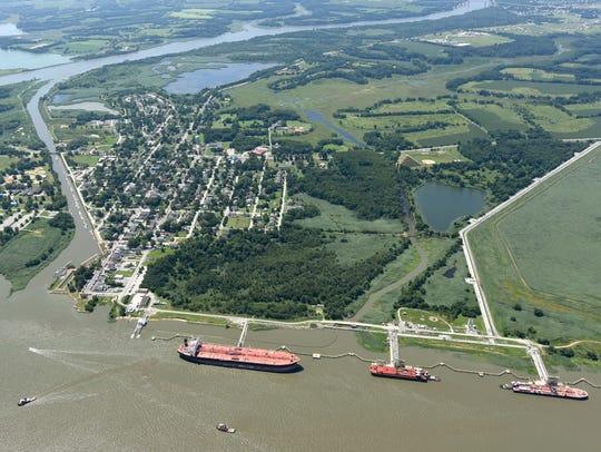 Cargo traffic along the Delaware River in Delaware