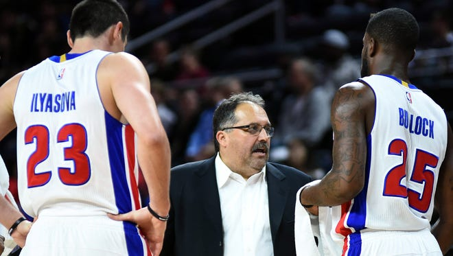 Pistons head coach Stan Van Gundy talks forward Ersan Ilyasova and forward Reggie Bullock during the third quarter against the Hornets at The Palace of Auburn Hills on Wednesday.
