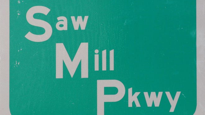 Saw Mill Parkway road sign ( Albert Conte / The Journal News ) Feb 11,2011 ( Saw Mill River Parkway )