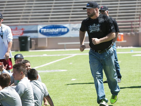 Garth Brooks runs to the front of a group of Teammate