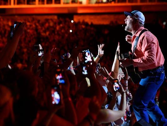 636325602652291632-33-CMA-Headliners-Concert-Fest-Garth-brooks.JPG