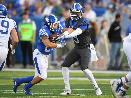 UK QB Terry Wilson hands off the ball to RB Zach Johnson