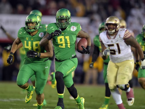 Oregon linebacker Tony Washington heads for the end