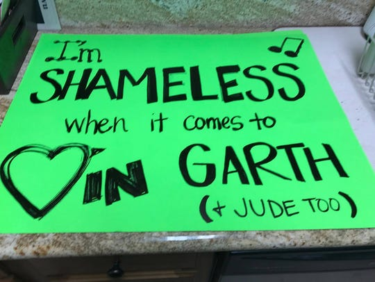 Jamie Guillot quotes Garth Brooks in her sign for his