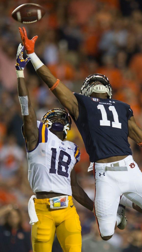 Auburn wide receiver Kyle Davis (11) reaches for a
