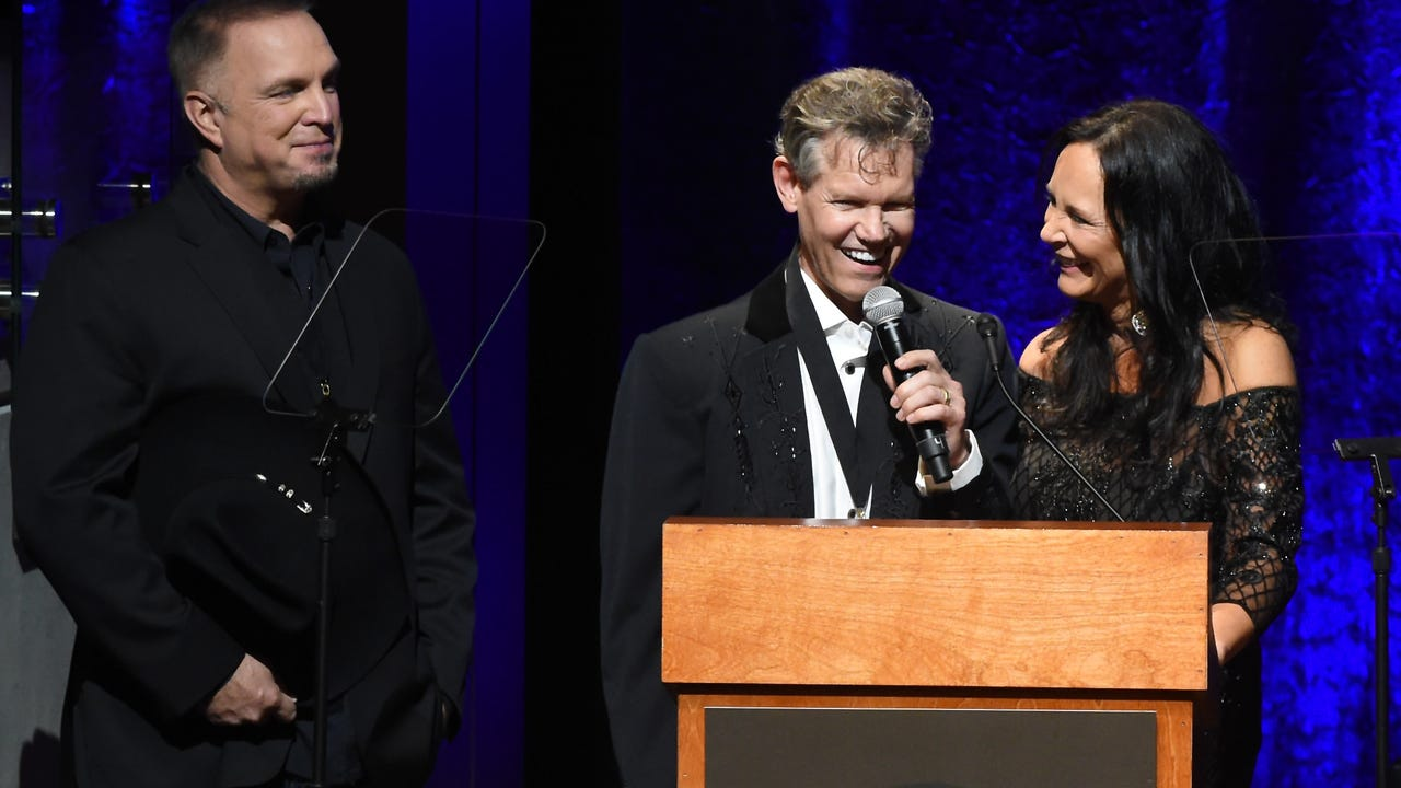 Randy Travis sings again following stroke