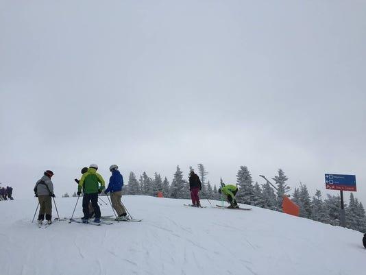 635596653079014808-skiers