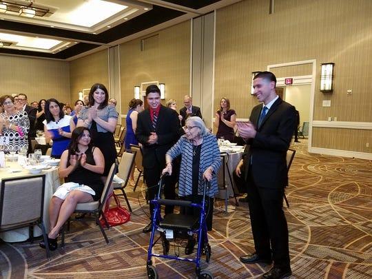 Se reconoció y se le brindó un prolongado aplauso a Terri Cruz, quien es fundadora de CPLC y quien todavía trabaja en la organización.