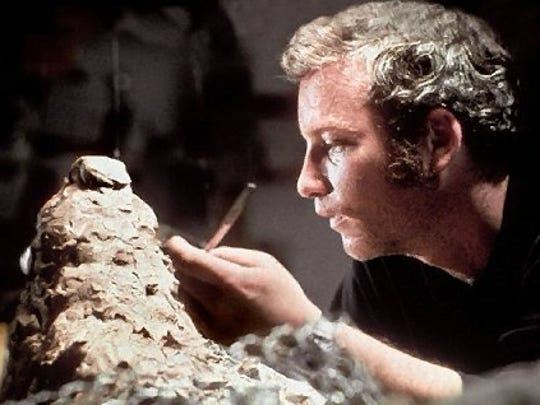 Richard Dreyfuss sculpts a likeness of the mountain
