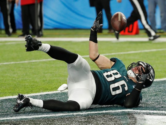 Philadelphia Eagles tight end Zach Ertz (86) bobbles the ball as he dives into the end zone for a touchdown, during the second half of the NFL Super Bowl 52 football game against the New England Patriots, Sunday, Feb. 4, 2018, in Minneapolis.