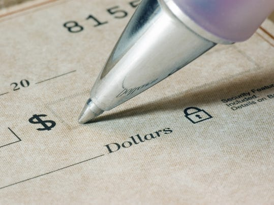 -Biz writing check amount.jpg_20140313.jpg