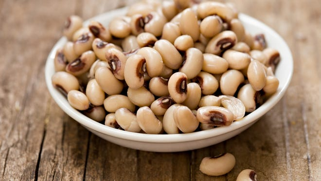 Legumes, such as beans and black eyed peas, are rich in bioflavonoids and zinc, which help protect the retina, thus lowering the risk of developing macular degeneration and cataracts.