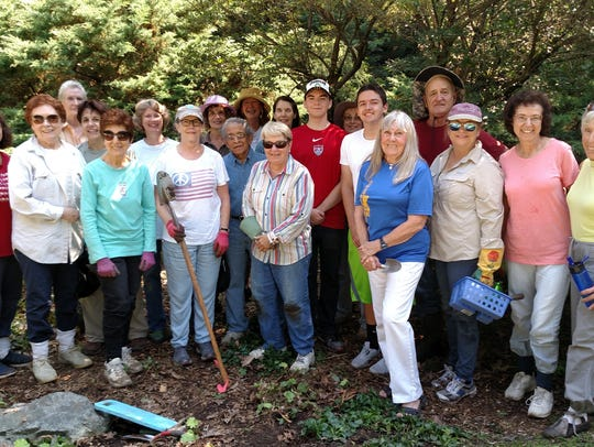 A cheerful group of Friends of Laurelwood Arboretum