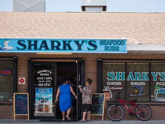 Sharky's lunch crowd dines on pizza, burgers and seafood