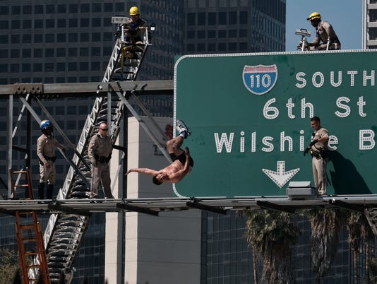 AP APTOPIX FREEWAY SIGN CLIMBER A USA CA