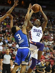 Davon Reed #32 of the Phoenix Suns shoots against Jay