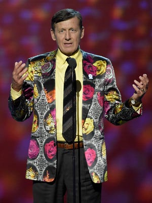 Craig Sager gestures while speaking at the ESPY Awards in Los Angeles.
