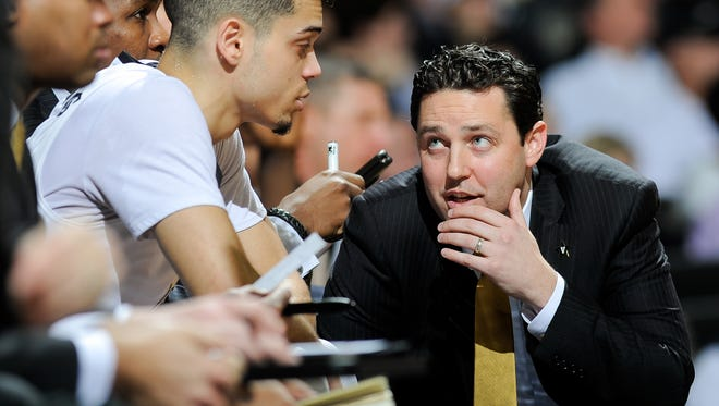 Vanderbilt coach Bryce Drew speaks with Matthew Fisher-Davis during the first half against Tennessee on Jan. 14, 2017.