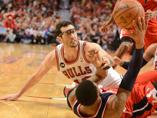 Washington Wizards guard Bradley Beal (3) wins a scramble for the ball with Chicago Bulls guard Kirk Hinrich (12)  during Game 2 in an opening-round NBA basketball playoff series Tuesday, April 22, 2014, in Chicago. The Wizards won 101-99. (AP Photo/Daily Herald, Rick West)