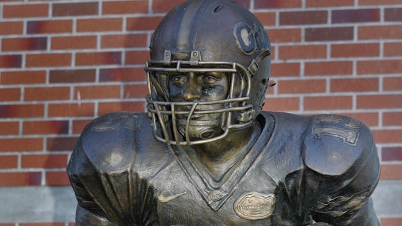 2012-10-06-tebow-statue