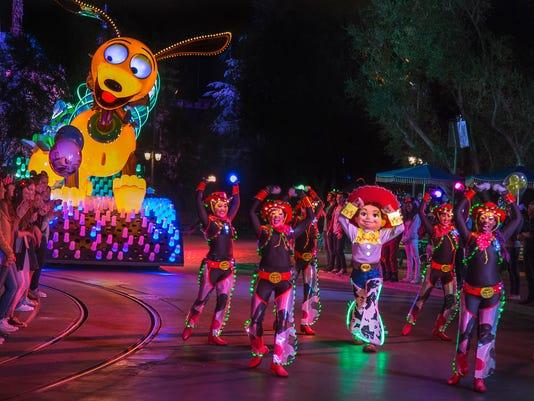636537045035247362-Paint-the-Night-Parade-Slinky-Dog.jpg