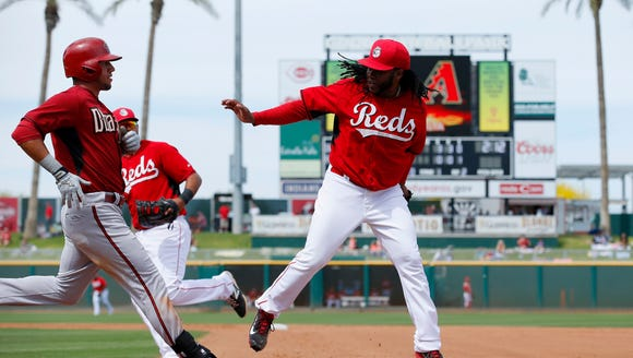 Cincinnati Reds' Johnny Cueto, right, beats Arizona