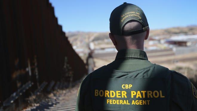 Agente de la Patrulla Fronteriza vigilando la frontera con México.