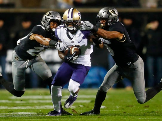 Washington wide receiver Chico McClatcher, center,