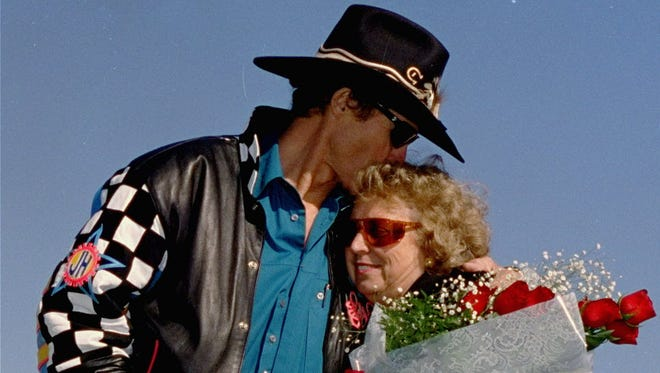 Richard Petty gives wife Lynda a kiss in November 1992.