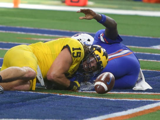 Michigan's Chase Winovich forces a fumble in the end