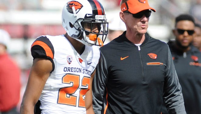 Sep 16, 2017; Pullman, WA, USA; Oregon State head coach Gary Andersen talks with Beavers wide receiver Seth Collins (22) before a game against Washington State at Martin Stadium.