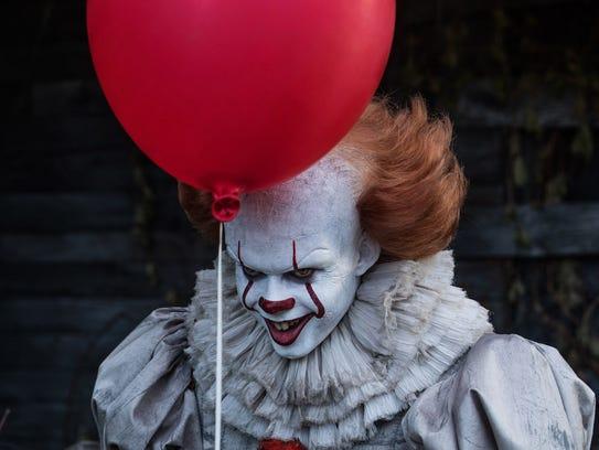 The evil clown Pennywise (Bill Skarsgård) threatens