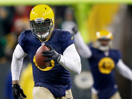 Green Bay Packers linebacker Julius Peppers runs for