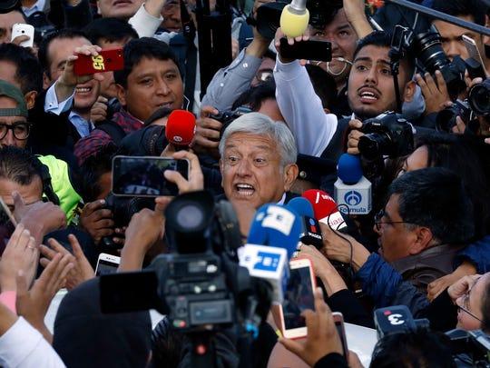 El candidato presidencial Andrés Manuel López Obrador, del partido MORENA, está rodeado por la prensa después de emitir su voto durante las elecciones generales en la Ciudad de México, el domingo 1 de julio de 2018.