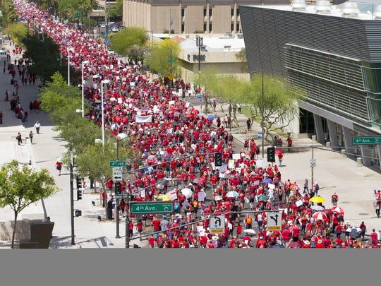 Maestros marchan por la calle Jefferson, en el Centro