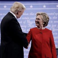 La candidata Demócrata a la presidencia de los Estados Unidos Hillary Clinton (d) saluda al candidato republicano Donald Trump (i) en el primer debate en la Universidad Hofsfra de Hempstead, Nueva York (EE.UU.).