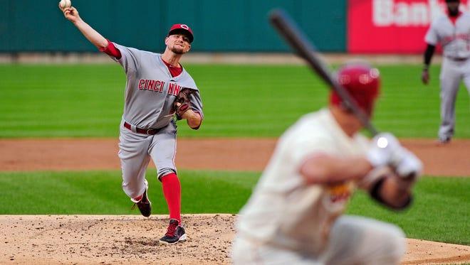 Cincinnati Reds starting pitcher Mike Leake (44) throws to St. Louis Cardinals left fielder Matt Holliday (7).