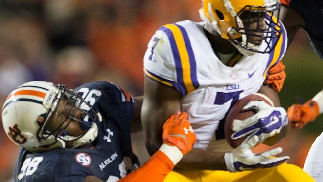 Auburn defensive lineman Gabe Wright tackles LSU running back Leonard Fournette.