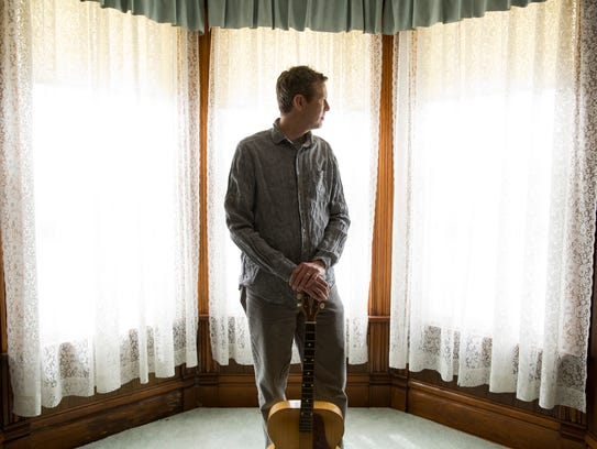 Bluegrass singer-songwriter Robbie Fulks returns to