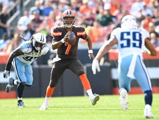 Browns quarterback DeShone Kizer (7) scrambles out