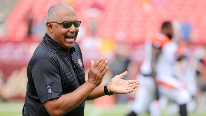 Cincinnati Bengals head coach Marvin Lewis encourages the team before the Week 3 NFL preseason game between the Cincinnati Bengals and Washington, Sunday, Aug. 27, 2017, at FedEx Field in Landover, Maryland.