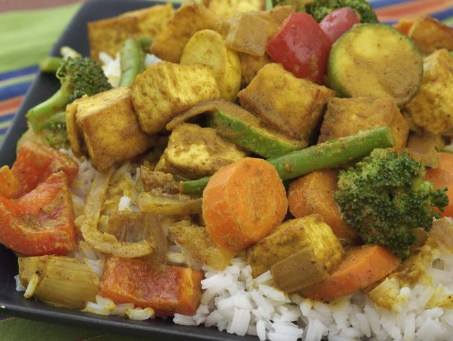 -  -Text: September 7, 2005 photo by Pam Spaulding Food: Tofu curry from North End Cafe NOTE: THESE IMAGES ARE PQ CARD ADUSTED. NO FURTHER WHITE BALANCE NEEDED.-  -Caption: By Pam Spaulding, The Courier-Journal; Fried tofu is used in place of meat in the tofu curry at the North End Cafe.