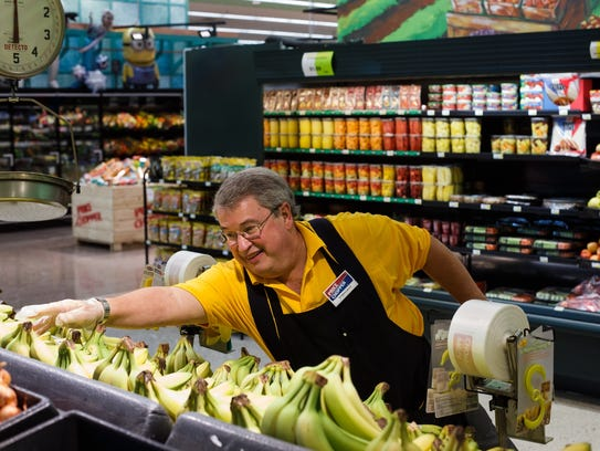 Dwight Stelling of Des Moines stocks bananas at Price