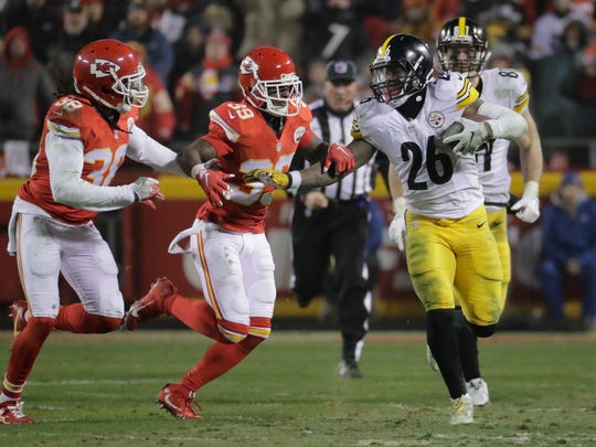 Pittsburgh Steelers running back Le'Veon Bell (26) runs Kansas City Chiefs during the second half of an NFL divisional playoff football game Sunday, Jan. 15, 2017, in Kansas City, Mo. (AP Photo/Charlie Riedel)