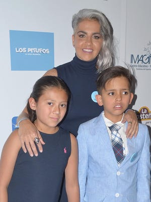 Federica, junto a sus dos hijos María y Sebastián, quien padece autismo.