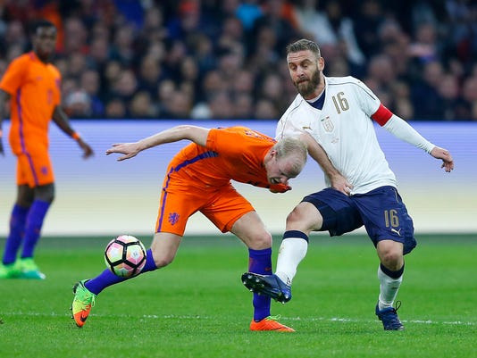 Netherlands' Davy KLaassen, left, and Italy's Daniele De Rossi challenge for the ball during the international friendly soccer match between The Netherlands and Italy at the Amsterdam ArenA stadium, Netherlands, Tuesday, March 28, 2017. (AP Photo/Peter Dejong)